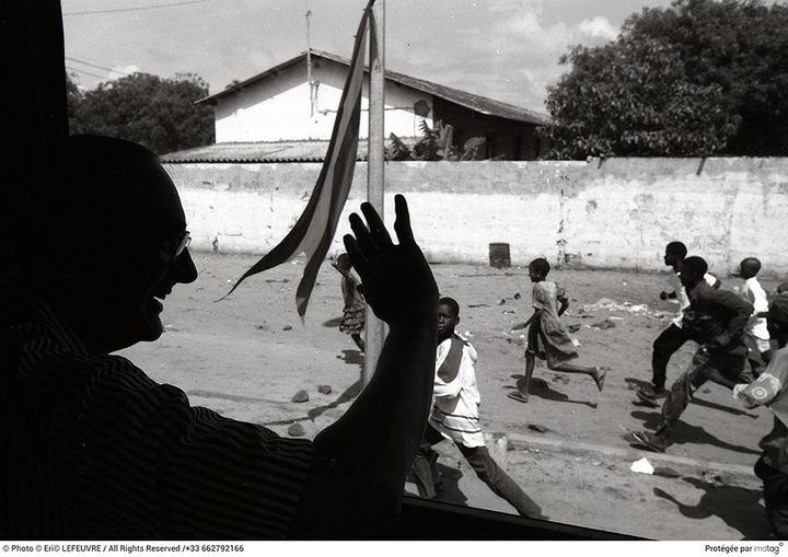 Jacques Chirac en train de saluer des enfants lors d'un voyage en Afrique. (Eric Lefeuvre / All rights reserved / +33 662792166)
