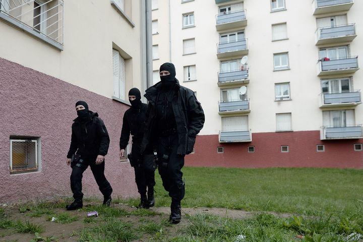 Des policiers du Raid patrouillent le 13 mai 2014 dans une cité de la banlieue de Satrasbourg lors d'une opération antiterroriste. (FREDERICK FLORIN / AFP)