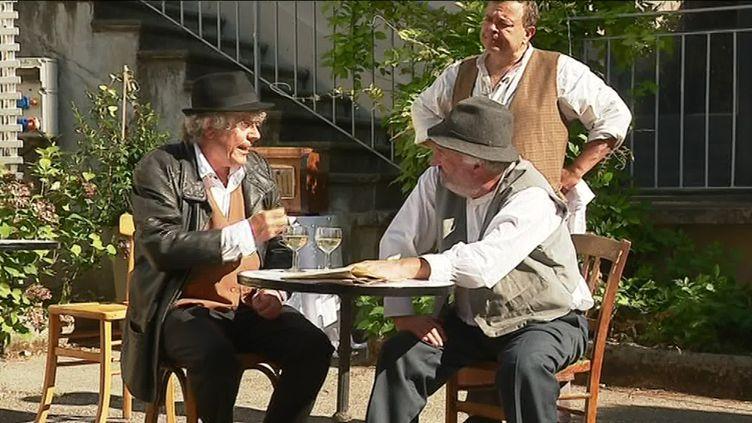 """Le spectacle déambulatoire """"Le café de la passerelle"""" fait revivre au public les premiers jours de la libération de Grenoble (Y.Glo / France Télévisions)"""