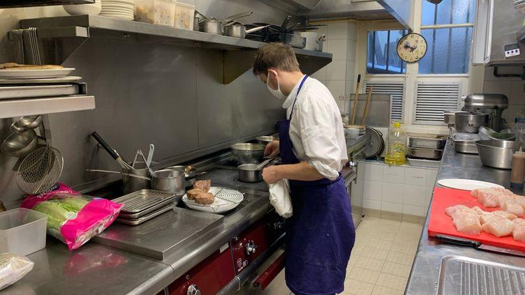 Vincent Neveu, chef du Petit tonneau, à Paris, prépare un menu spécial Saint-Valentin, le 14 février 2021. (VALENTIN HOUINATO / RADIO FRANCE)