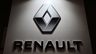 Le logo de Renault lors du Tokyo Motor Show au Japon, le 23 octobre 2019 (photo d'illustration). (CHARLY TRIBALLEAU / AFP)