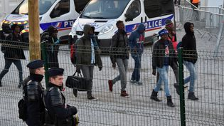 Des migrants mineurs à Calais (Pas-de-Calais), le 2 novembre 2016. (PHILIPPE HUGUEN / AFP)