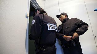 Des policiers en patrouille dans une ZSP (Zone de sécurité prioritaire) à Sarcelles (Val-d'Oise), le 13 janvier 2014. (PATRICK KOVARIK / AFP)