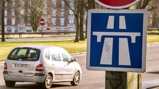 Un panneau signale l'entrée de l'autoroute à Lille (Nord), le 10 décembre 2014. (PHILIPPE HUGUEN / AFP)