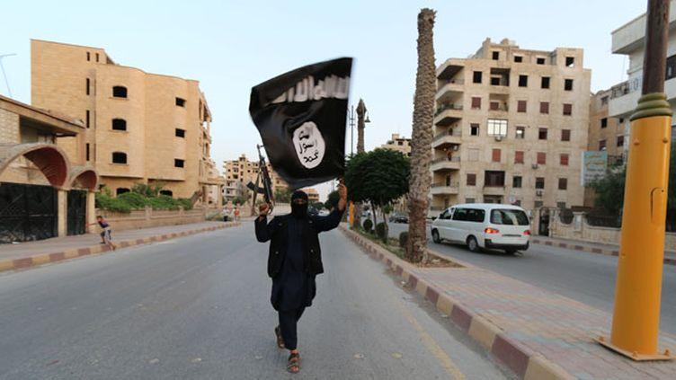 (Illustration. Un combattant du groupe Etat Islamique défile dans les rues de Raqqa, en Syrie, le 30 juin 2014 © REUTERS)