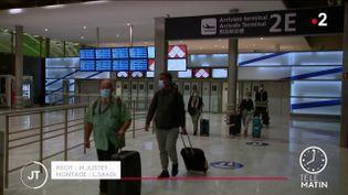 Des passagers dans un aéroport. (France 2)