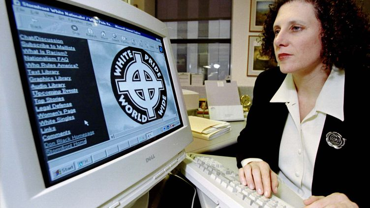Une avocate de la Ligue anti-diffamation (Anti-Defamation League) montre une page du site suprémaciste blanc Stormfront, à Boston (Etats-Unis), en 1999.  (JIM BOURG / REUTERS)