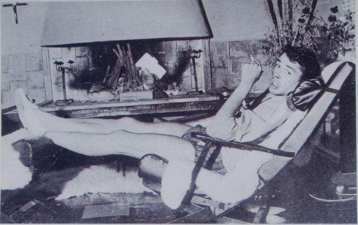 Jacques Brel au coin du feu dans sa maison de Roquebrune  (PHOTOPQR/NICE MATIN)