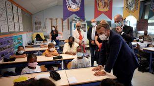 Emmanuel Macron lors de sa visite dans une école à Marseille le 2 septembre 2021. (DANIEL COLE / POOL)