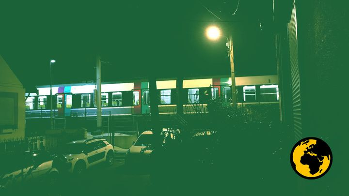Une rame de RER stationnée moteur et lumière allumée, à Bourg-la-Reine (Hauts-de-Seine). (DR)