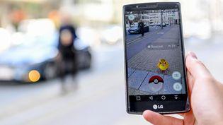 Un Pokemon du jeu Pokemon Go s'affiche en réalité augmentée sur un smartphone.  ( Frederic Sierakowski / Isopix/ Sipa)