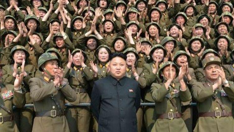 Kim Jong-un pose devant des femmes militaires. Photo non datée de l'agence officielle nord-coréenne (24 avril 2014). (KCNA/AFP)