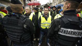 """Des """"gilets jaunes"""" font face aux gendarmes en marge d'un déplacement d'Edouard Philippe, àSaint-Yrieix-la-Perche (Haute-Vienne), le 21 décembre 2018. (PASCAL LACHENAUD / AFP)"""