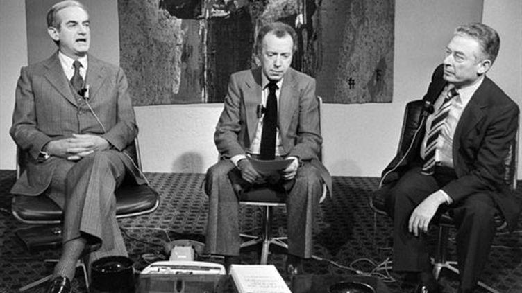 Joseph Pasteur entre Alain Peyrefitte (g) et Honoré Gevaudan (d) sur le plateau des Dossiers de l'écran (novembre 1979) (AFP / Jean-Claude Delmas)