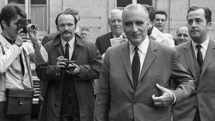 """Georges Pompidou, alors Premier ministre et Edouard Balladur, membre de son cabinet, le 25 mai 1968 à Paris lors de l'ouverture des négociations qui déboucheront sur les """"Accords de Grenelle""""  (UPI/AFP)"""