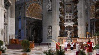 Le pape François célèbre la messe des Rameaux sans fidèles, dans la Basilique Saint-Pierre, au Vatican (Italie), le 5 avril 2020. (ALBERTO PIZZOLI / POOL)