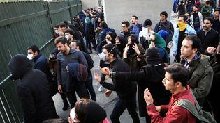 Manifestations antigouvernementales d'étudiants devant l'Université de Téhéran, samedi 30 décembre 2017. (STR / EPA)