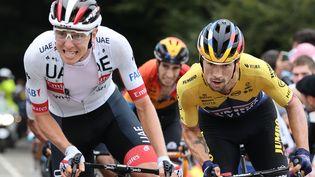 Les coureurs slovènes Tadej Pogacar et Primoz Roglic lors de la 9e étape du Tour de France entre Pau et Laruns, le 6 septembre 2020. (KENZO TRIBOUILLARD / AFP)