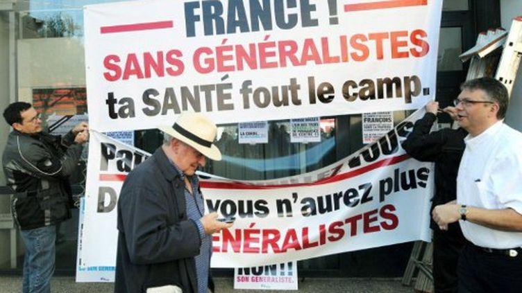 Médecins généralistes en grève et manifestant le  le 7 avril 2011 à Villeurbanne. (afp)