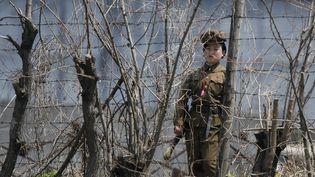 Une surveillante de prison nord-coréenne, devant une prison du comté de Chongsong, en Corée du Nord, le 8 mai 2011. (JACKY CHEN / REUTERS )