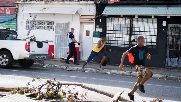 Un gendarme à Saint-Martin après le passage de l'ouragan Irma, le 8 septembre 2017 (MARTIN BUREAU / AFP)