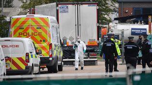 Des policiers inspectent un camion, dans lequel 39 corps ont été découverts, le 23 octobre 2019 à Grays (Royaume-Uni). (BEN STANSALL / AFP)