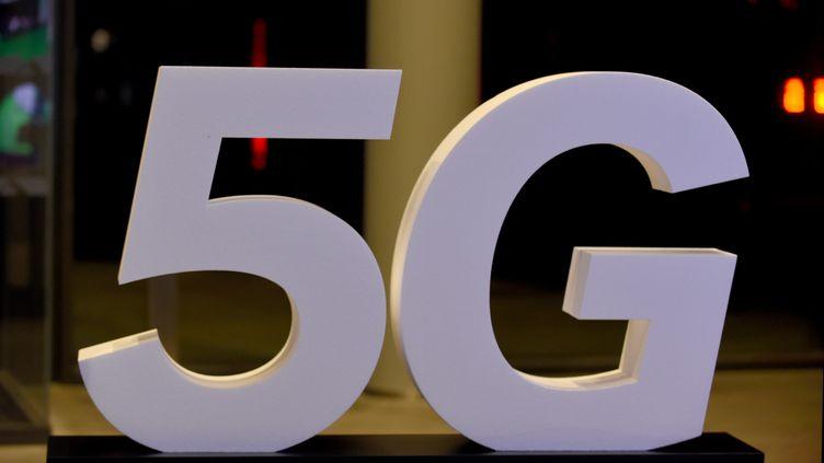 Un logo 5G lors de l'inauguration du campus du groupe de médias Altice à Paris, le 9 octobre 2018 (photo d'illustration). (ERIC PIERMONT / AFP)