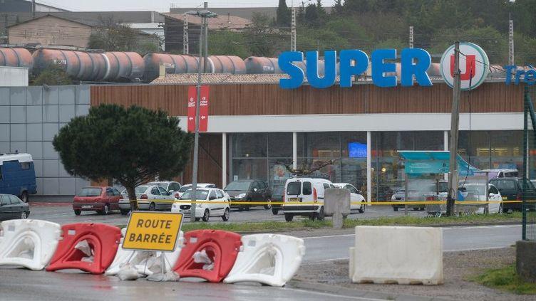 Le supermarché Super U de Trèbes (Aude), le 24 mars 2018, au lendemain de l'attaque qui a coûté la vie à quatre personnes. (ERIC CABANIS / AFP)