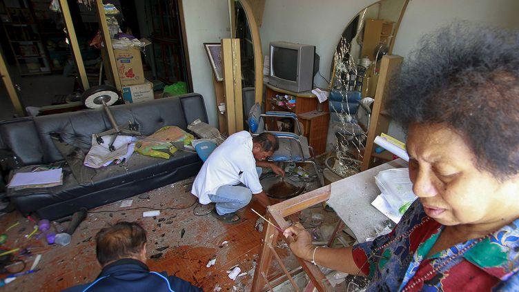 Le sud du pays est à nouveau touché. Les explosions ont eu lieu dans six endroits différents. Deux jours auparavant, le 29 mars, l'explosion d'une bombe a tué trois policiers dans la province de Narathiwa. Des émeutes anti-gouvernementales se produisent depuis des décennies dans cette région, mais la violence a considérablement augmenté depuis 2004. Cette année-là, les trois provinces du Sud (Narathiwat, Yala, Pattani) sont marquées par une insurrection des moines bouddhistes, des militaires, des enseignants et des insurgés séparatistes musulmans. Cette région était rattachée à la Malaisie jusqu'à son annexion à la Thaïlande il y a un siècle. La Thaïlande majoritairement bouddhiste y a mené une politique d'assimilation des musulmans autochtones. Si en 2013 des pourparlers de paix ont été lancés, ils sont aujourd'hui au point mort. Pourtant, selon l'agence Deep South Watch, le pourcentage d'incidents violents a baissé à son plus bas niveau depuis plus de 10 ans: -16% en 2015 par rapport à 2014. 6.500 personnes ont été tués depuis le début du conflit. (REUTERS / Surapan Boonthanom)