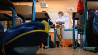 Une professeure dans sa classe, à Rennes. Photo d'illustration. (VINCENT MICHEL / LE MENSUEL / MAXPPP)