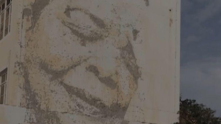 Le visagede Cesaria Evora sur un immeuble au Cap Vert (FRANCEINFO)