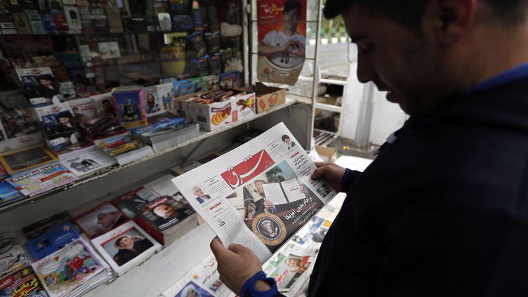 A Téhéran, un Iranien lit la presse locale le 9 mai 2018, après que Donald Trump a annoncé le retrait des États-Unis de l'accord sur le nucléaire iranien avec un retour de toutes les sanctions. (STRINGER / EPA)