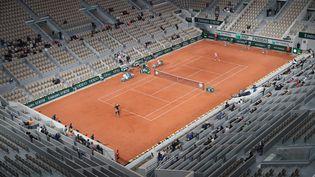 Les tribunes quasiment vides de Roland-Garros, le 1er octobre 2020, en raison de l'épidémie de coronavirus. (ARNAUD JOURNOIS / MAXPPP)
