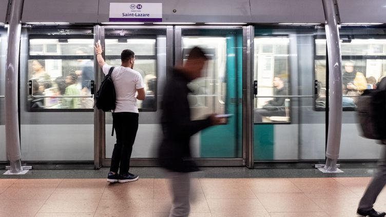Des voyageurs attendent le métro à Paris, lors de la grève de la RATP, le 13 septembre 2019. (SAMUEL BOIVIN / NURPHOTO / AFP)