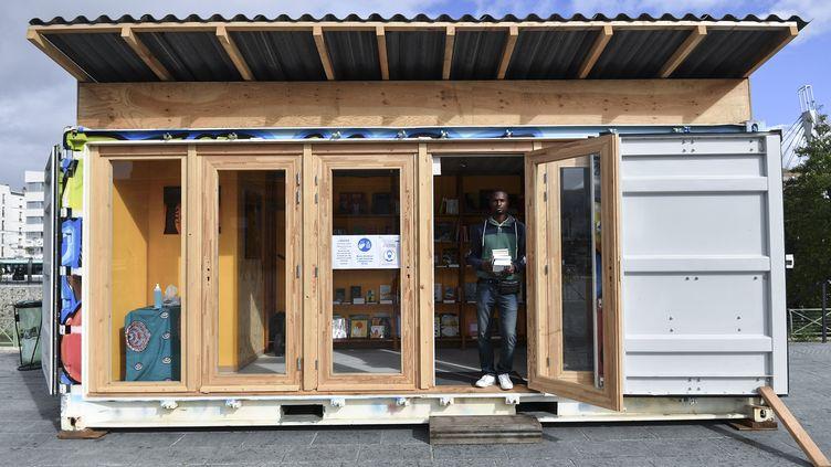 """Luc Pinto Barreto devant sa librairie """"conteneur"""", """"Dealer de livres"""", Saint-Denis, le 6 octobre 2020 (ALAIN JOCARD / AFP)"""