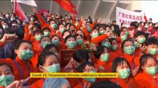 Des Chinois fêtent la fermeture d'un hôpital provisoire contre le coronavirus (FRANCEINFO)