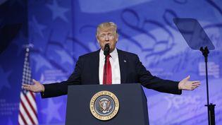 Donald Trump prononce un discours lors de la conférence annuelle des conservateurs américains, à National Harbour, dans le Maryland (Etats-Unis), le 24 février 2017. (KEVIN LAMARQUE / REUTERS)