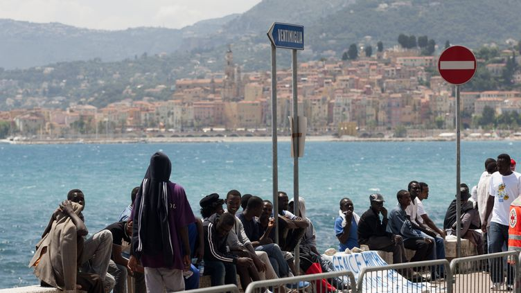 Des migrants attendent à Vintimille, à la frontière franco-italienne, en juin 2015. (ERIC VINCETTE / AFP)
