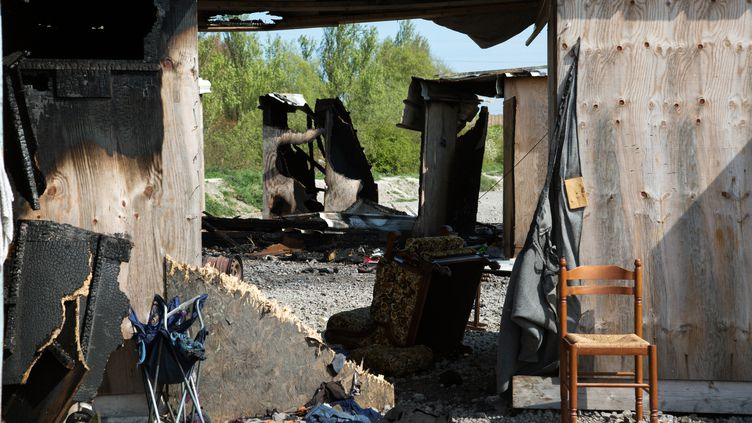 Les vestiges du camp de migrants de la Linière, à Grande-Synthe (Nord), le 11 avril 2017, au lendemain d'un incendie qui a détruit l'essentiel des installations. (KRISTINA AFANASYEVA / AFP)