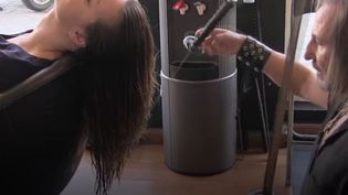 Alberto Olmedo, coiffeur à Madrid (Espagne),coupe les cheveux d'une cliente avec deux katanas, dans une vidéo publiée le 2 décembre 2015 sur Facebook. (AJ+ / FACEBOOK)