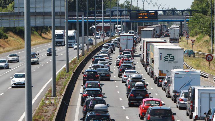 Des embouteillages sur l'A63 àla sortie de Bordeaux (Gironde), le 9 juillet 2016. (MAXPPP)