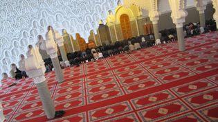 Des fidèles prient dans la Grande mosquée de Saint-Etienne (Loire), le 3 février 2015. (ARIANE NICOLAS / FRANCETV INFO)