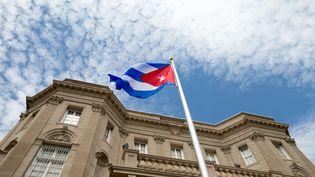 Le drapeau cubain devant l'ambassade de Cuba à Washington (Etats-Unis), lundi 20 juillet, jour de sa réouverture officielle après 54 ans de fermeture. (ANDREW HARNIK / AFP)