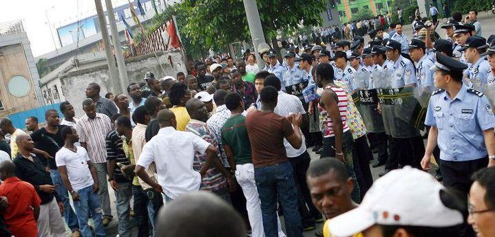 Des migrants africains manifestent devant un poste de police de Gouangzhou le 15 Juillet 2009 après la mort d'un Nigérian qui tentait d'échapper à la police. (Photo AFP)