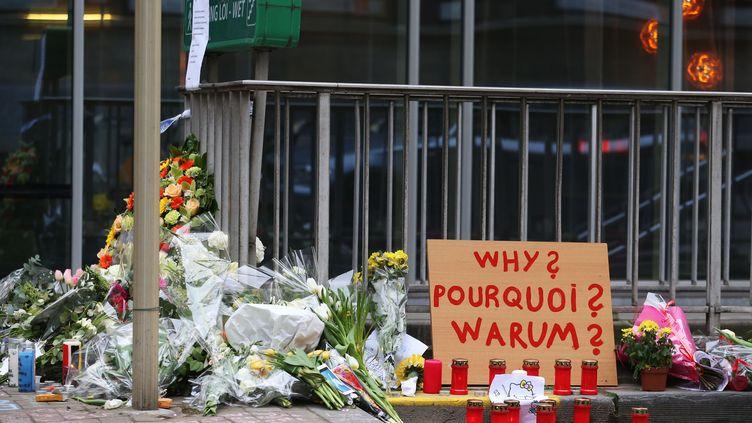 Des fleurs ont été déposées devant la station de métro de Maelbeek à Bruxelles, le 24 mars 2016, deux jours après les attentats. (NICOLAS MAETERLINCK / BELGA)