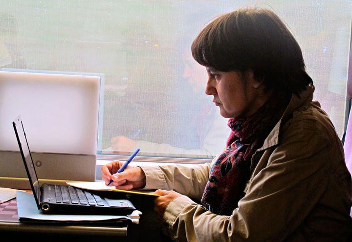 Nathalie Arthaud profite du trajet Paris-Metz pour modifier quelques lignes de son discours, dimanche 6 novembre 2011. (Salomé Legrand / FTVi)