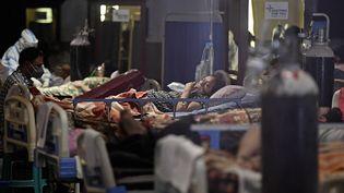 Des patients sont pris en charge dans un centre d'urgence dédié au Covid-19, le 29 avril 2021, à New Delhi (Inde). (TAUSEEF MUSTAFA / AFP)