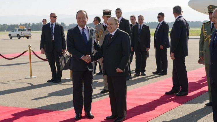François Hollande à son arrivée à Alger, mercredi 19 décembre 2012 (BERTRAND LANGLOIS / POOL)