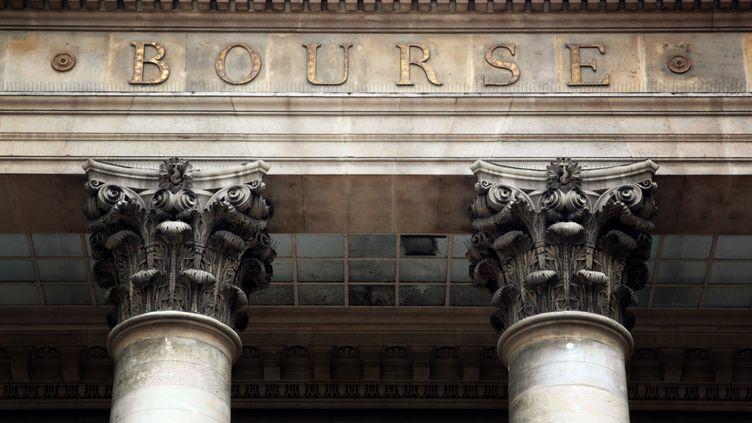 Le fronton du palais Brongniart, à Paris. (JACQUES DEMARTHON / AFP)