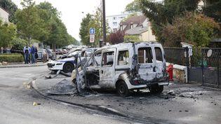 Deux voitures de police ont été brûlées dans la cité de la Grande Borne à Viry-Châtillon, dans l'Essonne, le 8 octobre 2016. (ARNAUD JOURNOIS / MAXPPP)